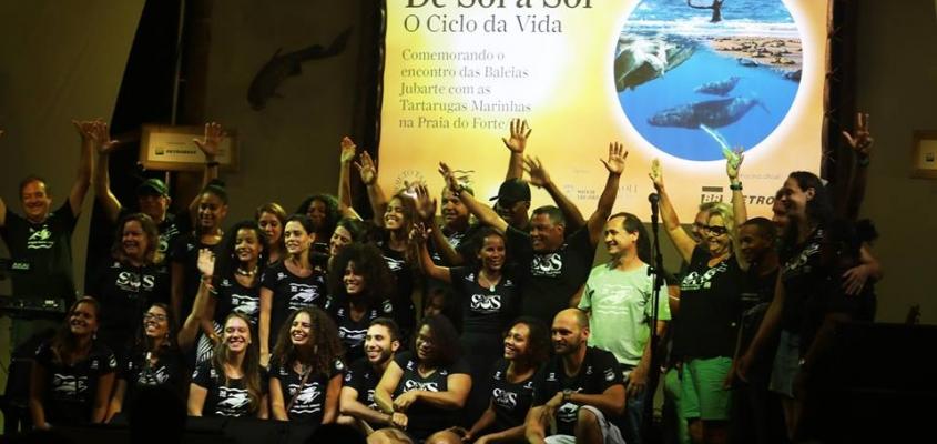 O Projeto TAMAR e o Projeto Baleia Jubarte celebram o encontro de duas espécies marinhas em Praia do Forte